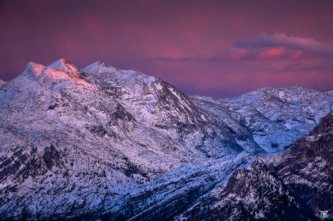 Die letzten Sonnenstrahlen erfassen gerade noch die Bergspitzen (B2198)