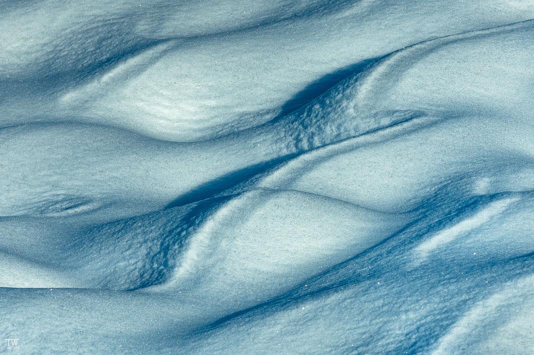 Über Nacht entstanden faszinierende Schneeformen (B2200)