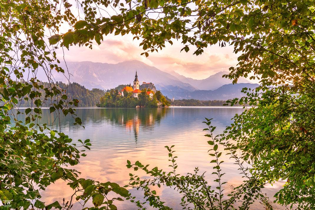 Ich fange mal mit einem sehr plakativen Postkartenmotiv an weil es doch auch die Realität dieses Sees widerspiegelt; es ist fast schon kitschig schön dort! (B2215)