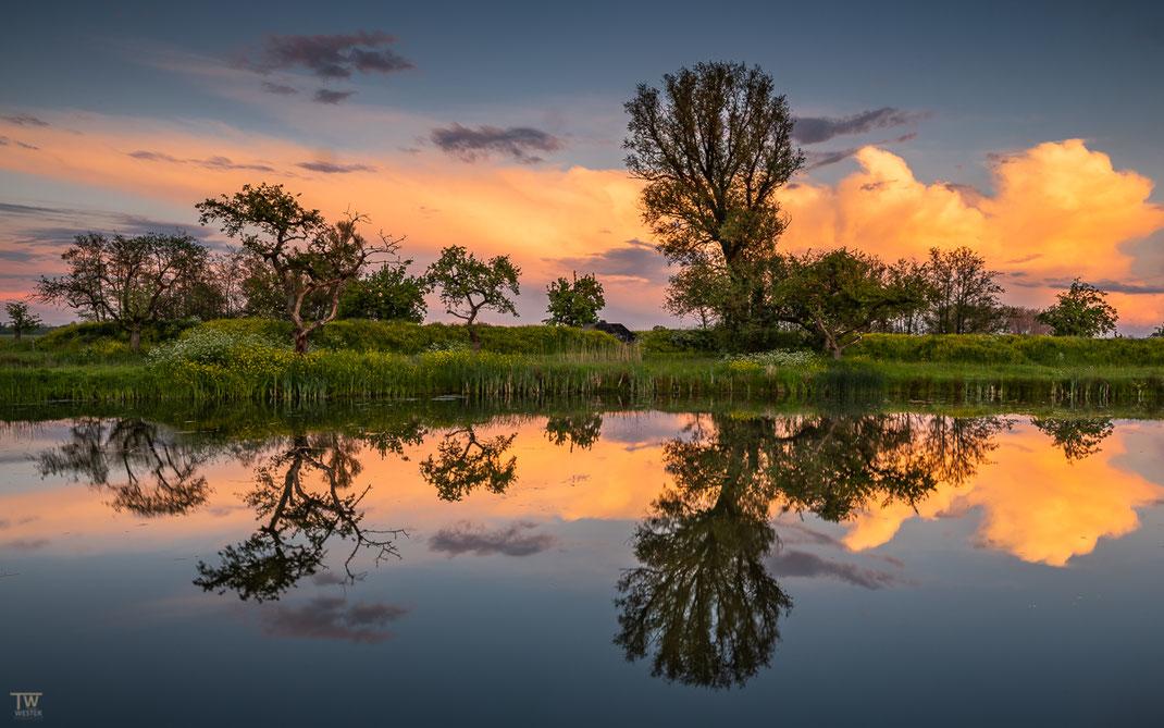 Beim Sonnenuntergang wurde diese aufkommende Wolkenfront orange beleuchtet (B2602)