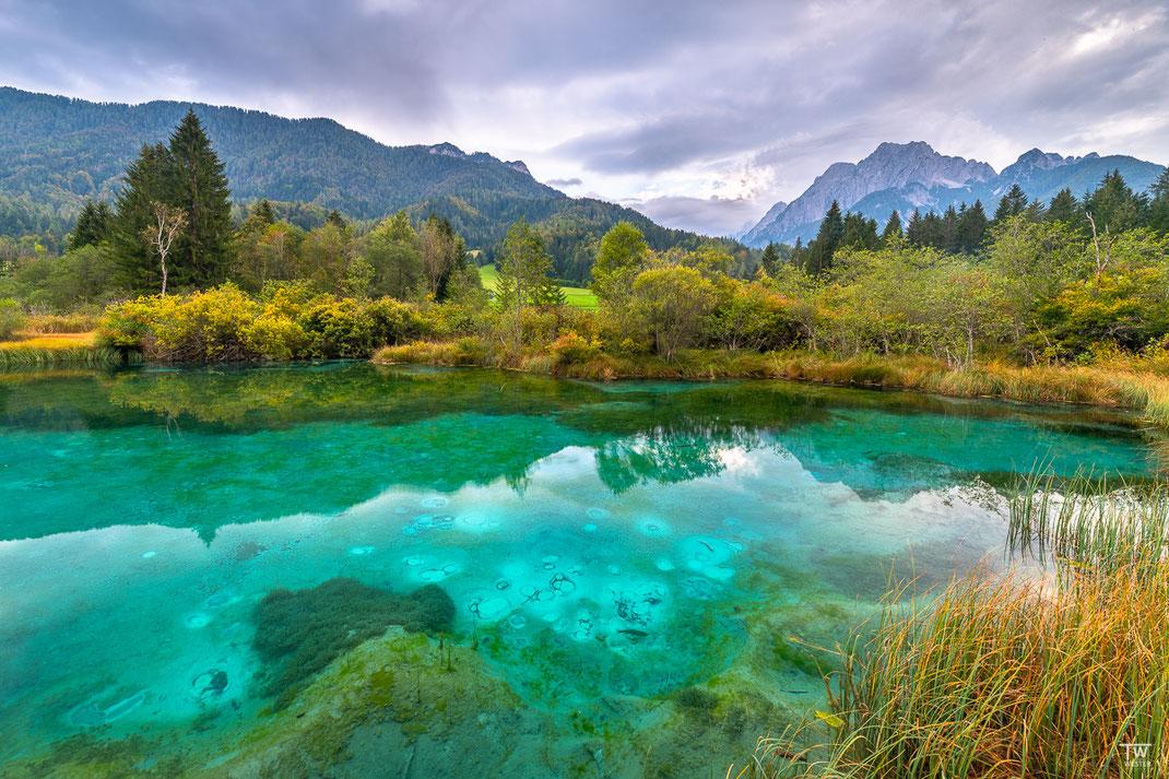 Auch ein bedeckter Himmel konnte die intensive Farbe dieses schönen Sees nicht mindern (B2205)