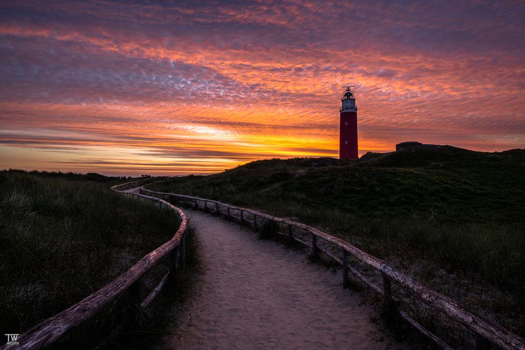 Auch wenn es nicht meinem üblichen fotografischen Fokus entspricht: gleich am ersten Morgen konnte ich -eigentlich auf der Suche nach Singvögeln- diesen Sonnenaufgang über dem Wahrzeichen der Insel festhalten (B2627)