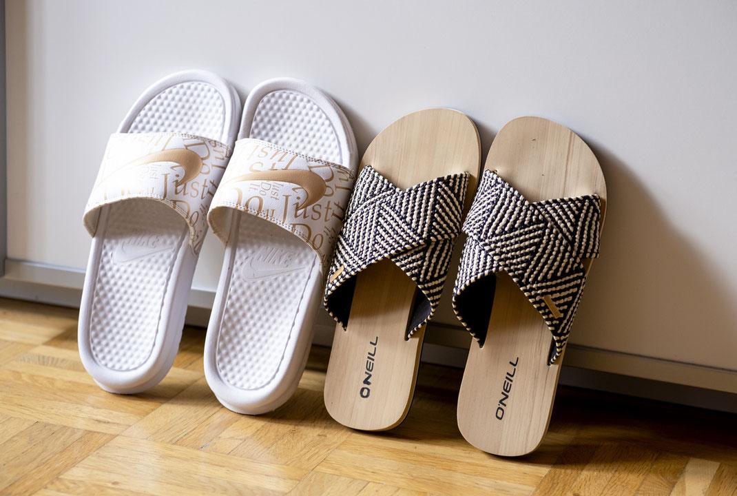 Was sind Slides? Unter Slides versteht man üblicherweise Schlappen, die eine flache Sohle haben & an den Zehen offen sind. Die idealen Begleiter an heißen Tagen | Hot Port Life & Style | 30+ Style Blog