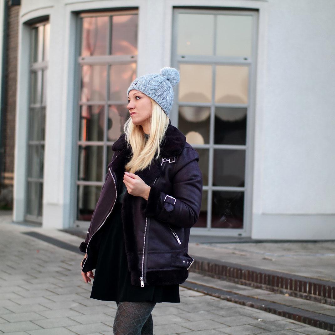 Winter in Deutschland? Ein nicht nennenswertes Ereignis. So mild wie in diesem Jahr, hat die kalte Jahreszeit vermutlich noch nie begonnen. Man weiß gar nicht so recht, was man anziehen soll?! Entweder es ist zu warm oder zu kalt, weswegen wir heute unbedingt mal über winterfeste Lederjacken sprechen müssen | Hot Port Life & Style | Deutscher Mode & Style Blog