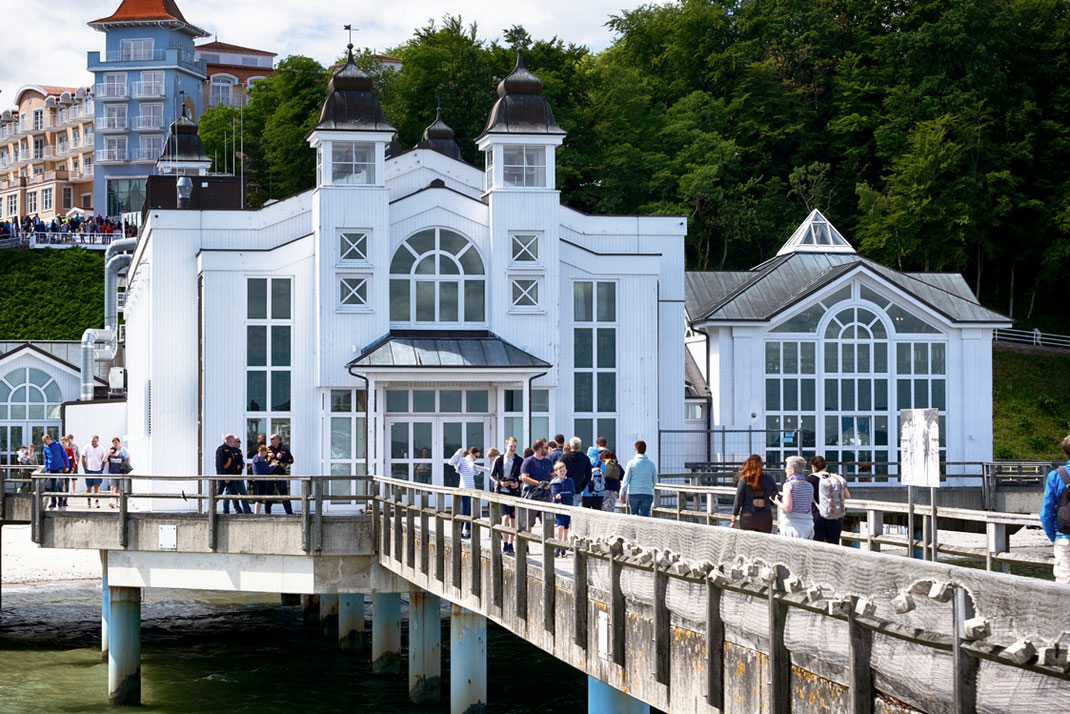 Die Seebrücke von Sellin: Rügens wohl schönstes Wahrzeichen präsentiert sich bei sämtlichen Witterungsbedingungen von seiner allerbesten Seite. Egal ob bei Regen & Sturm, bei Sonnenschein oder in der Nacht: Die Brücke ist das imposante Highlight schlechthin | Hot Port Life & Style | Lifestyle Blog aus Deutschland
