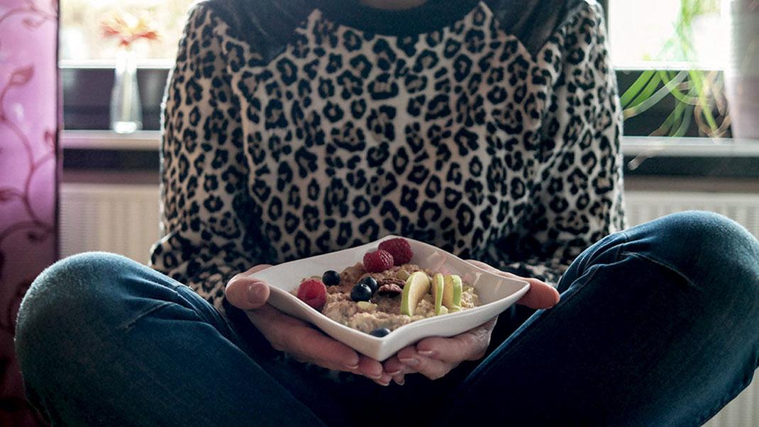 In der Werbung heißt es immer, Cerealien seien wichtig und gut für die Gesundheit. Und in der Tat ist das auch so, sofern diese Cerealien in Form von Porridge & Co. selbst zubereitet werden. Nur wer weiß, was tatsächlich in seinem Müsli steckt, tut seinem Körper etwas Gutes! Mit meinem Nuss Müsli kommt Ihr der Sache jedenfalls wesentlich näher | Hot Port Life & Style | 30+ Mode & Lifestyle Blog