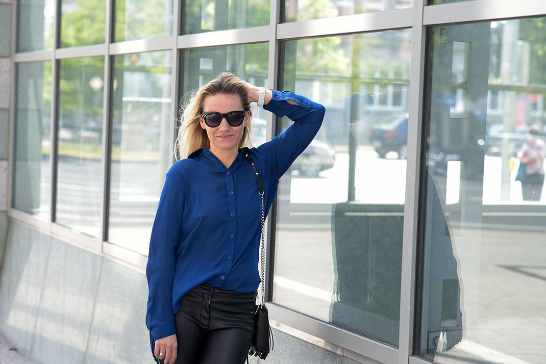 Outfit: Transparente Vokuhila Bluse, Lederhose & Fransentasche | Bloggerin Franny Fine kombiniert eine royalblaue Faltenbluse von Best Connection zur Lederhose von H&M und natürlich nicht zu vergessen die Mini MAC von Rebecca Minkoff | www.hot-port.de | Hort Port Life & Style | 30+ Style & Fashion Blog