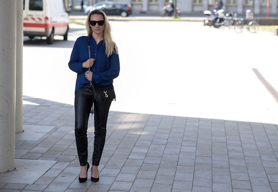 Outfit: Transparente Vokuhila Bluse trifft auf Fransentasche | Bloggerin Franny Fine kombiniert eine royalblaue Faltenbluse von Best Connection zur Lederhose von H&M und natürlich nicht zu vergessen die Mini MAC von Rebecca Minkoff | www.hot-port.de | Hort Port Life & Style | 30+ Style & Fashion Blog