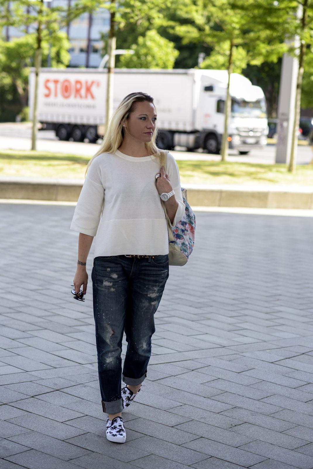 Bloggerin Franny Fine zeigt auf Hot Port Life & Style ein lässiges Sommer Outfit bestehend aus Boyfriend Jeans & coolen Slip Ons im Palmen Design zum weit geschnittenen Shirt von River Island | Hot Port Life & Style | 30+ Style Blog