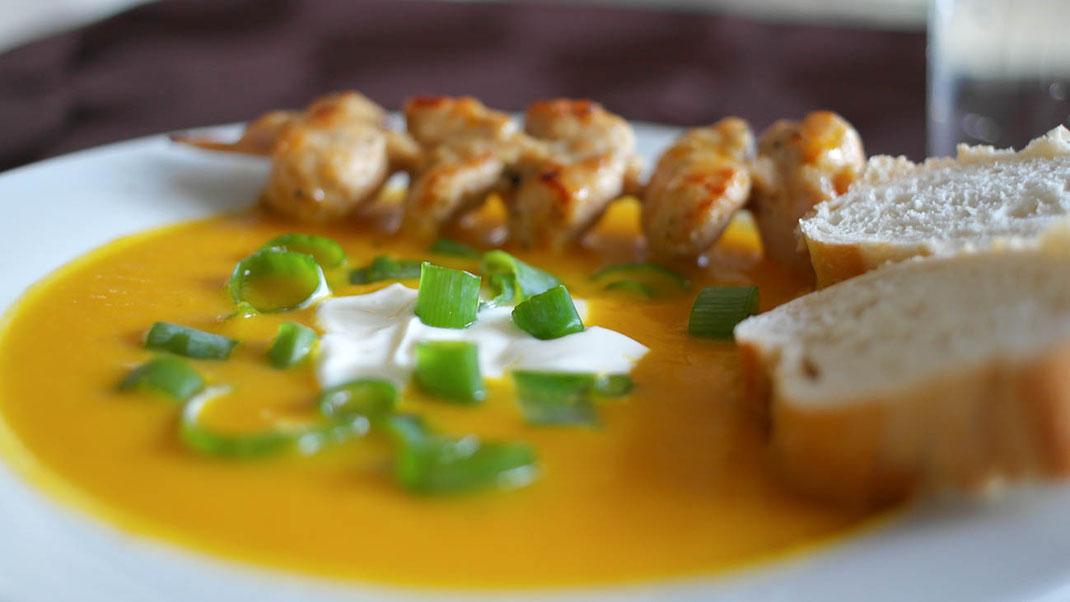 Ingwer Karottencremesuppe mit Chili & Putenspieß | Baguette | Leichter Sommergenuss auf Hot Port Life & Style