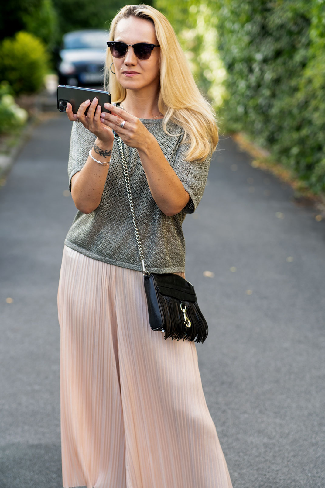 Coole & lässige Outfits für den Sommer: Mit Plissee Culotte & Lurex Shirt entspannt durch die City flanieren | Hot Port Life & Style | 30+ Style Blog