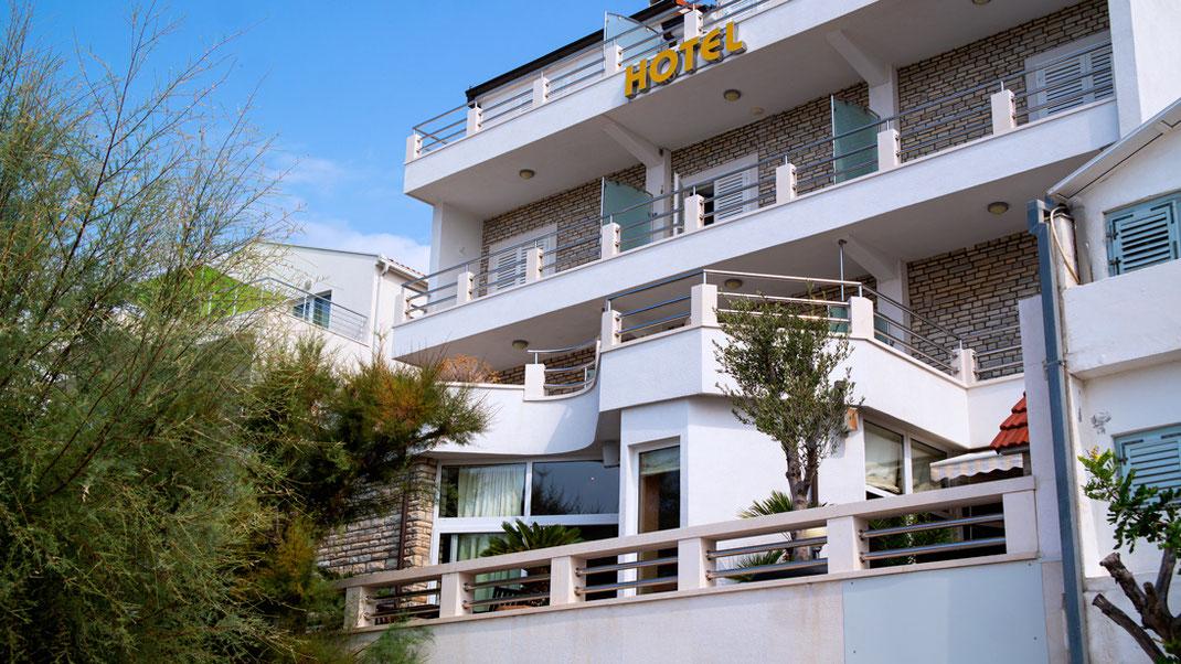 Urlaub in Corona Zeiten: Ist das überhaupt möglich? Na klar! Bloggerin Franny Fine entführt Euch ins malerische Kroatien. In der Nähe von Split hat sie ihren persönlichen Ruhepol gefunden | Hot Port Life & Style | Deutscher Lifestyle Blog