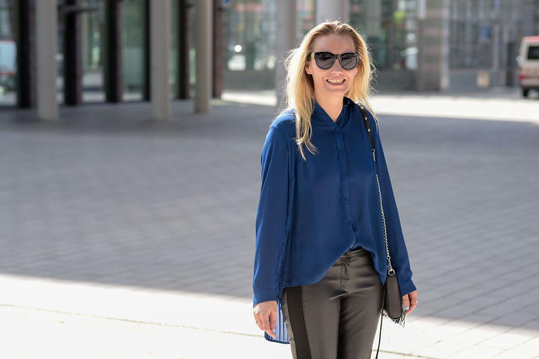 Outfit: Faltenbluse trifft auf Fransentasche - Royalblaue Faltenbluse von Best Connection - Lederhose von H&M - Mini MAC Rebecca Minkoff