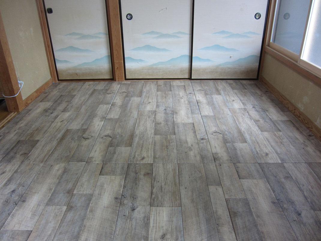 今ある畳と交換するだけで、洋室も作れる畳です!これが、当店で開発した「リフォーム畳®」です!畳なので直に座っても柔らかさがあります。
