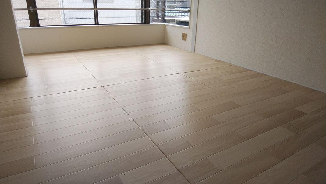 賃貸マンションの畳が、工事無しで洋室に変わります。この床は畳です!畳なので断熱性、防音性、衝撃緩和に優れています。