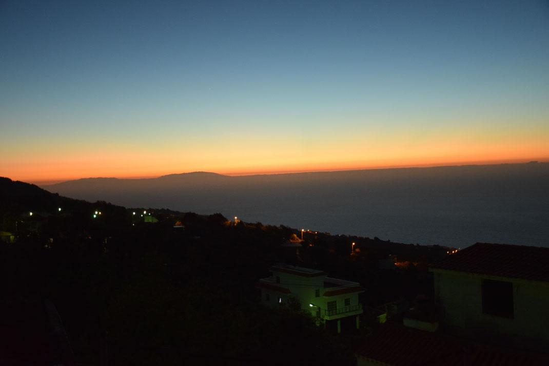 Sonnenuntergang in La Vega mit Blick auf das Meer und La Palma im Hintergrund