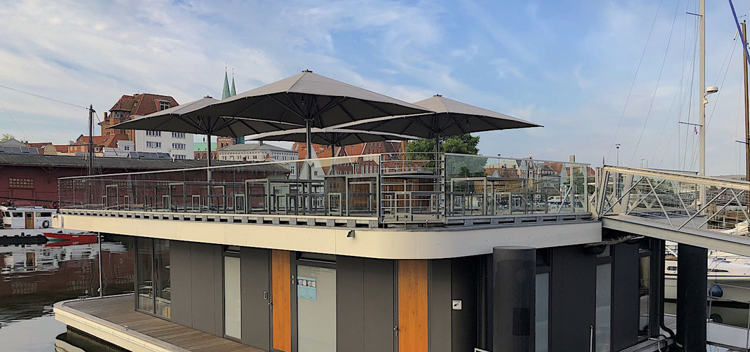 Terrasse und Biergarten mit Sonnenschirm