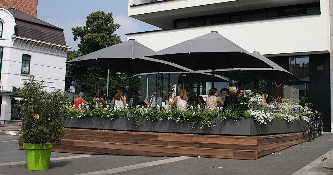 Restaurant Terrasse auf Hozzpodest mit Windschutz und Sonnenschirmen