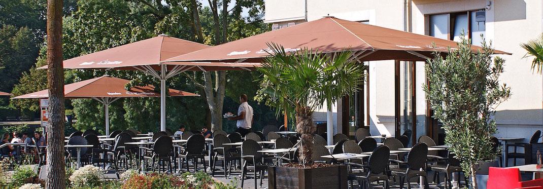 Gastronomie Terrasse mit großen Sonnenschirmen