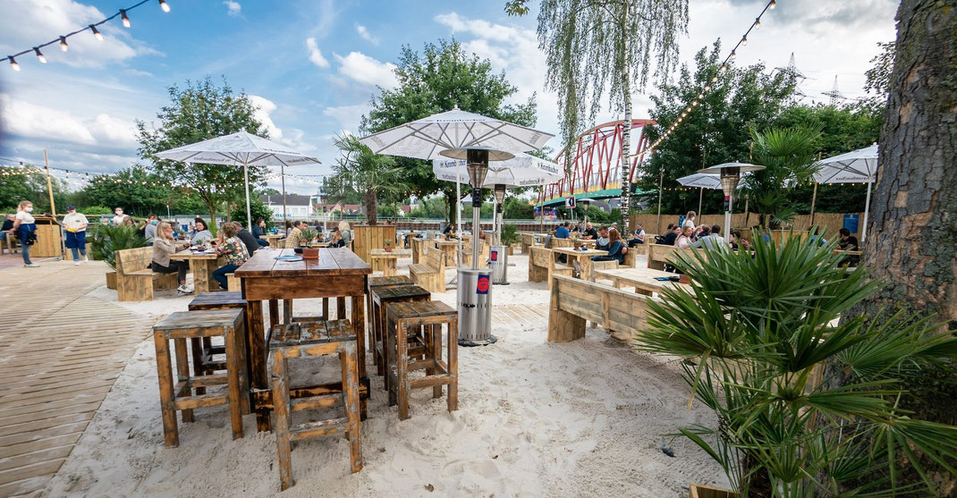 Strandbar und Beachclub mit Gastronomie im Sommer