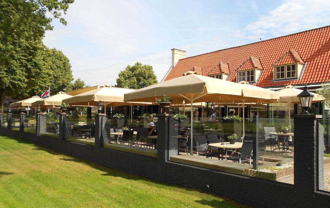 Gastronomie Terrasse mit Sonnenschirmen und Windschutzanlage