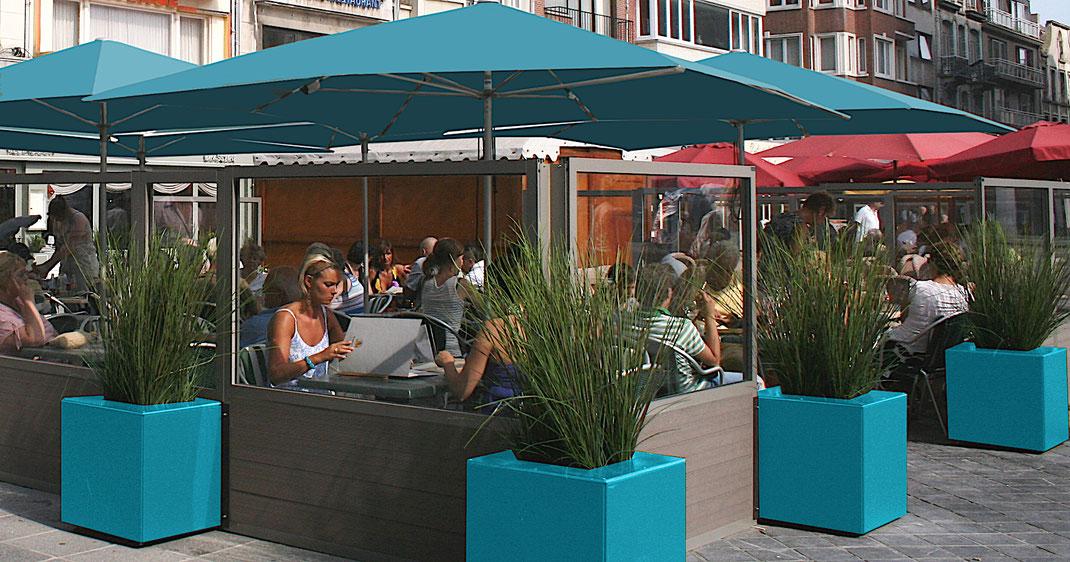 Windschutzanlage und Sonnenschirme auf Terrasse in der Gastronomie