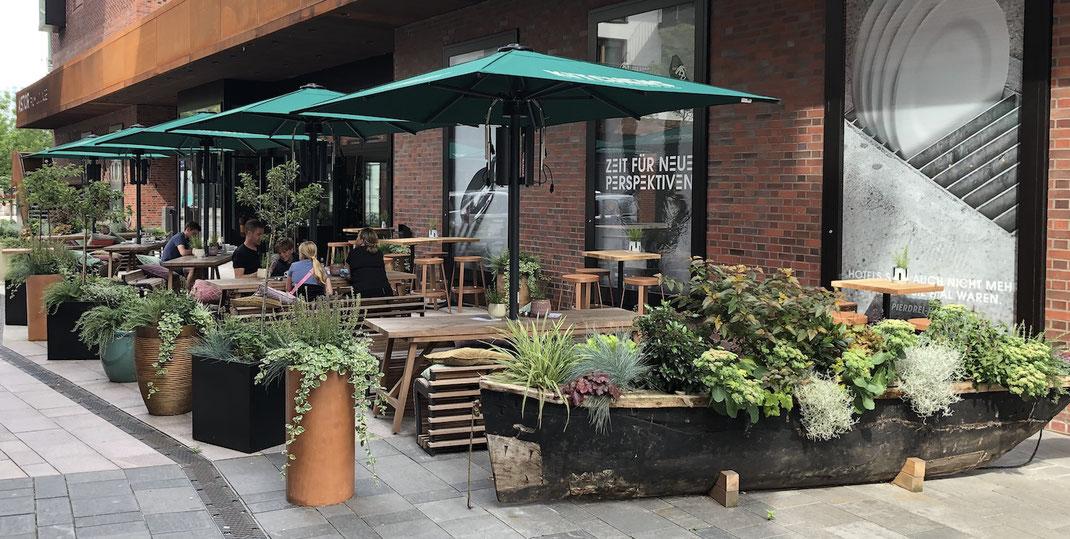 Biergarten mit Möbeln aus Holz auf der Terrasse