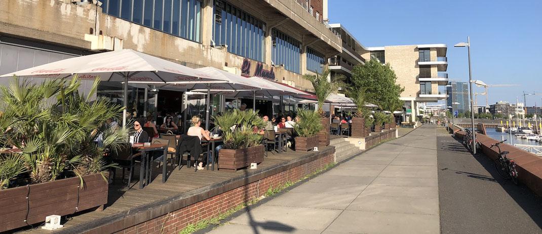 Biergarten und Terrasse mit Sonnenschirmen