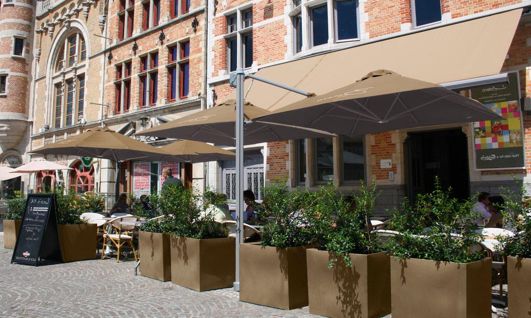 Ampelschirme auf Terrasse in der Gastronomie