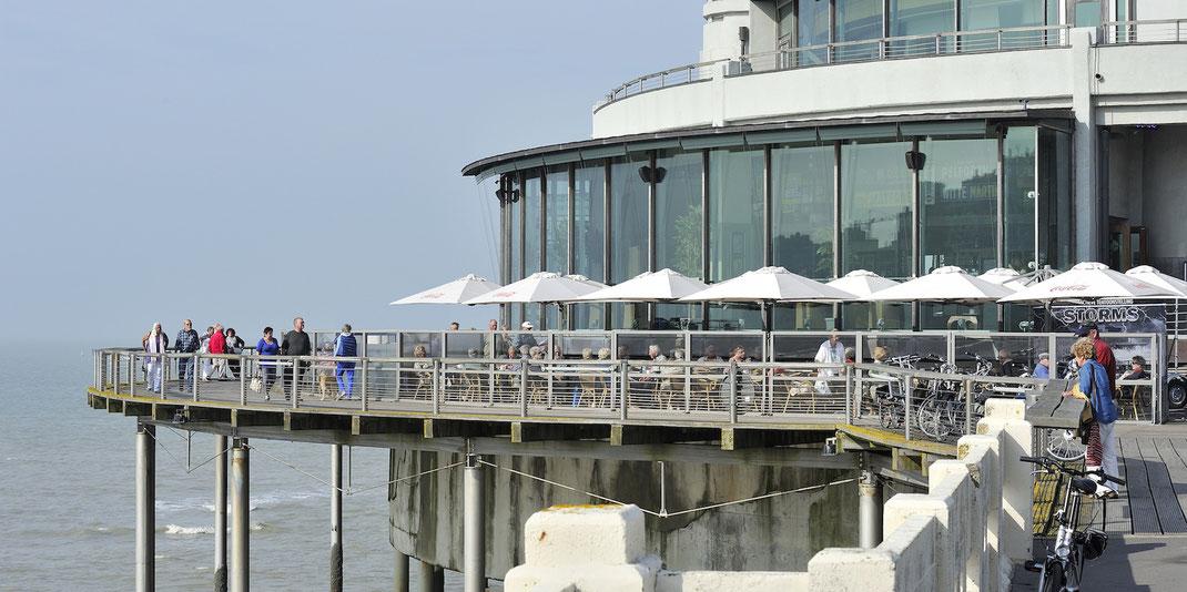 Gastronomie Terrasse mit Windschutz und Sonnenschirmen