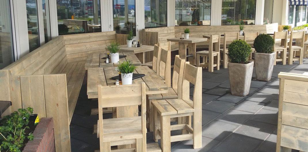 Bauholz Terrassenmöbel im Biergarten