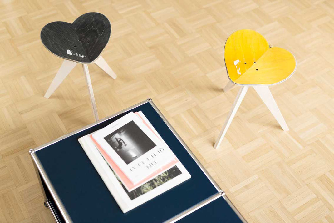 Herzförmiger Hocker oder Schemel handgefertigt aus einem alten Skateboard. USM Haller Möbel mit passendem Designermöbel. Interiordesignmood with recycling fdesign furniture made from reclaimed skateboards.