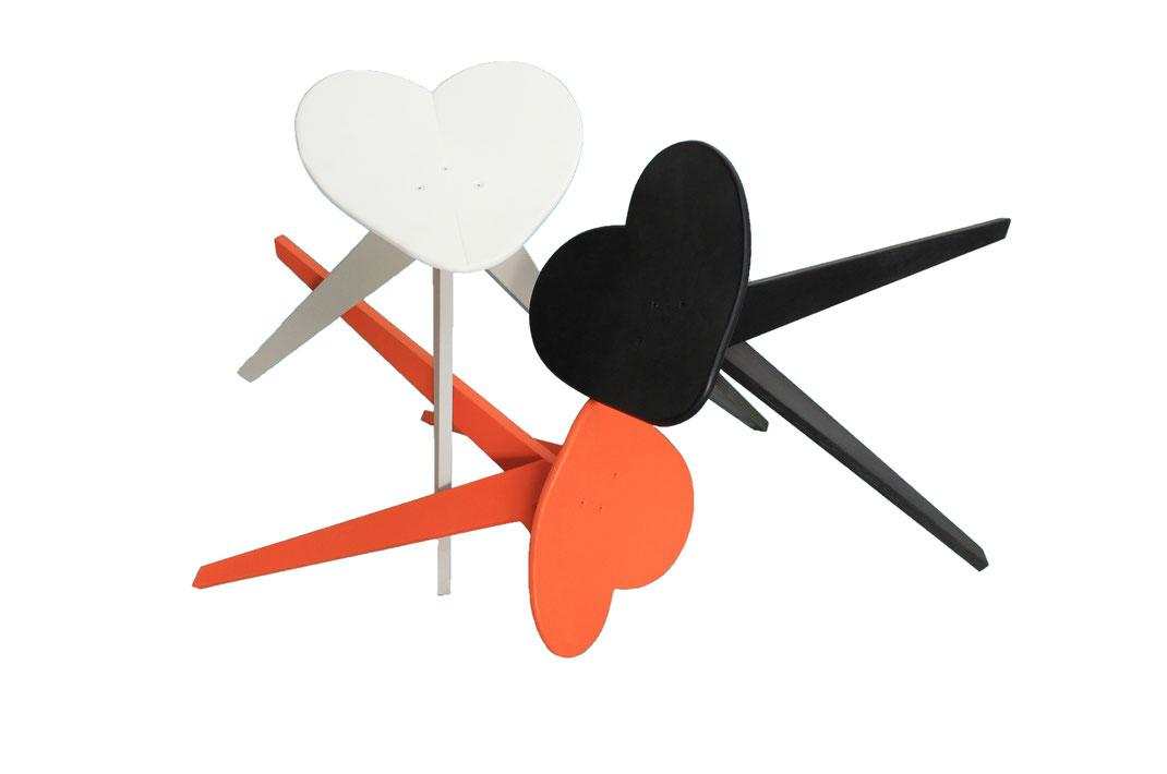 monochrome design stühle aus skateboards handgefertigt und lackiert. Einzelstücke aus alten skateboards, designmöbel und kunstwerk.