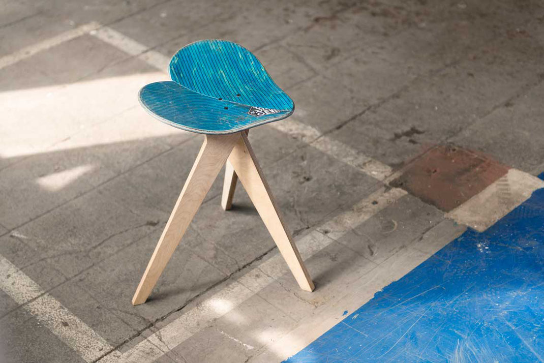 Eine eleganter blauer Hocker. Sich den Hintern blau sitzen. Besteht aus blauen Ahronholz.  Herzförmiger Designstuhl aus recyclingmaterial. Fabrikhallenboden mit Skateboardstuhl in Herzform. Industrial look and Skateboardchair.