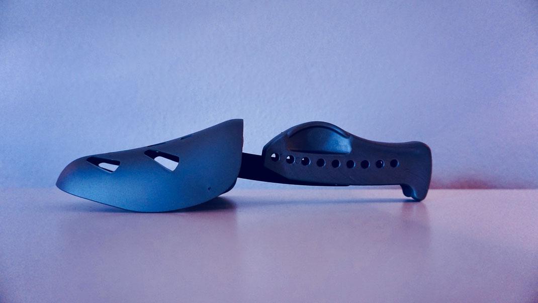 grauer Schuhspanner aus grauem Kunststoff