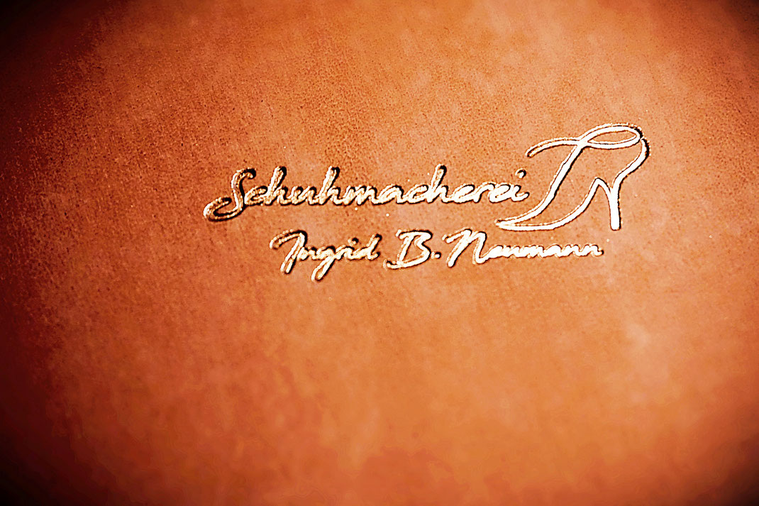 Schuhmacherei Logo auf Bio-Rindsleder rot-braun