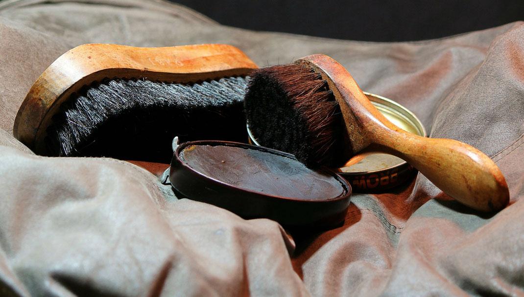 Schuhpflege Utensil Bürste und Schuhcreme braun