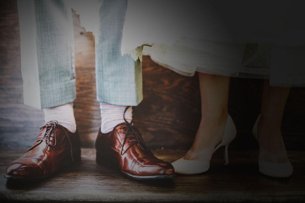Klassiker - Herrenschuh in glänzend poliertem Kalbsleder braun und eleganter Damenschuh in weiss
