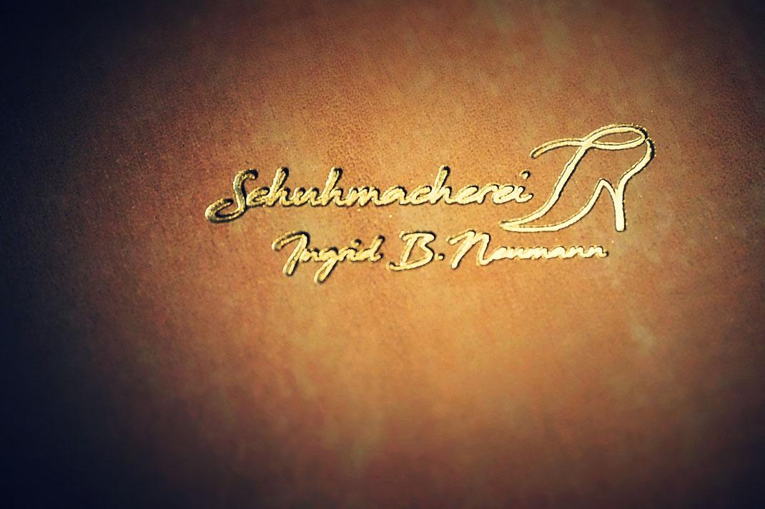 Schuhmacherei Logo auf Rindsleder braun