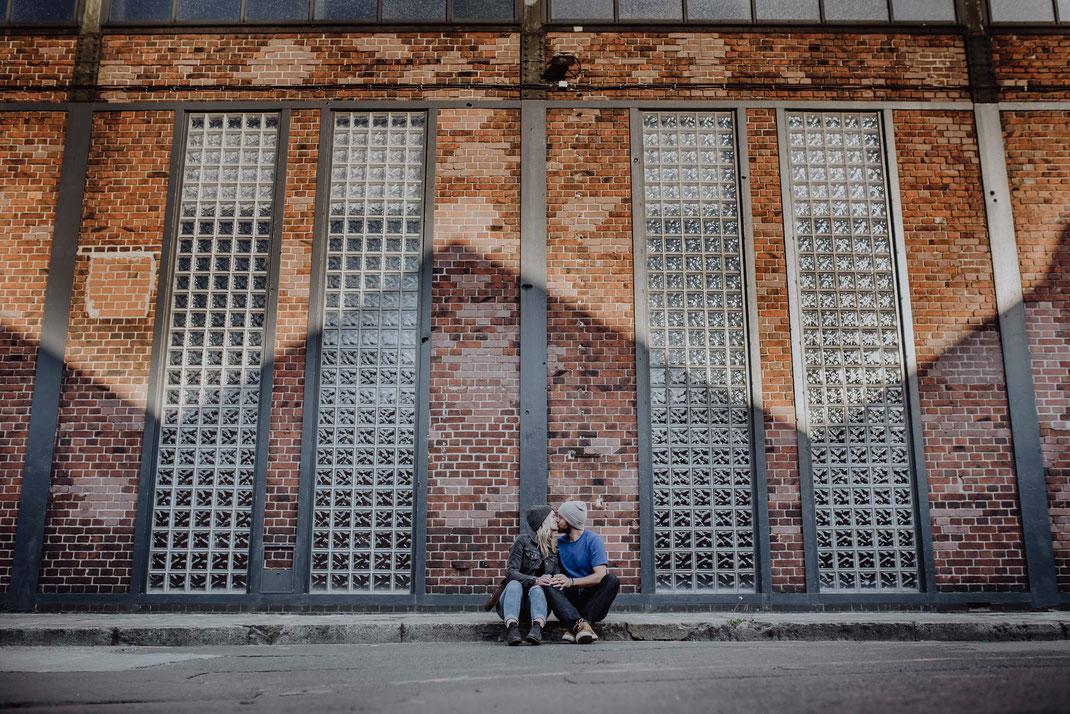 Verliebtes Paar knutscht vor dem Arena Club Berlin fotografiert von Portraitfotografin Uschi Kitschke aus Kreuzau.