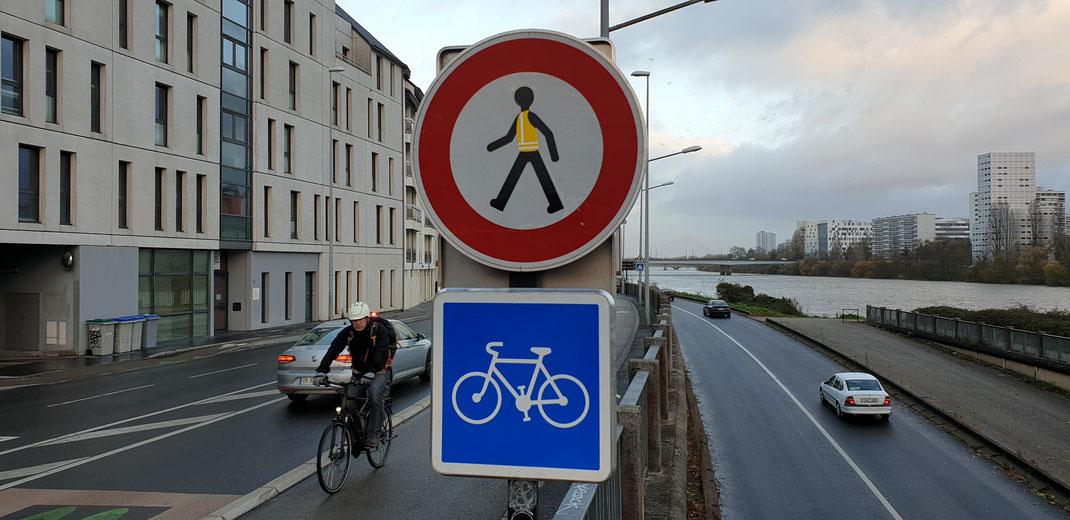 Gilles est jeune, il traverse la rue mais ne trouve pas de travail... ...Maintenant Gilles est vert...