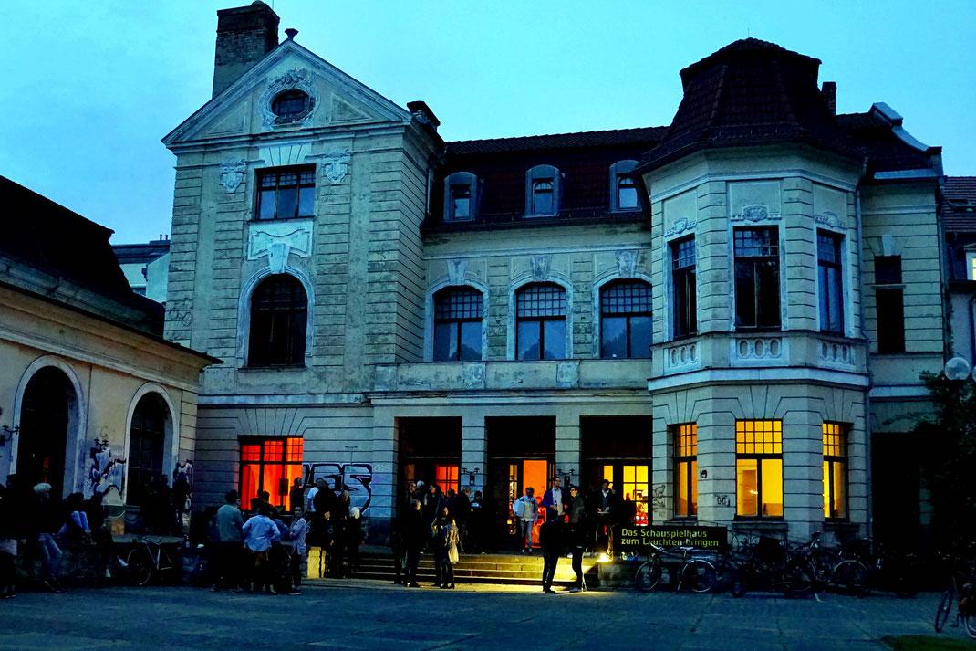 Das Schauspielhaus am Abend mit erleuchteten Fenstern im Erdgeschoss