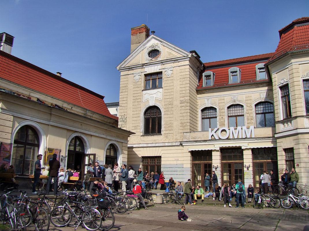 Ansicht des KulturQuartier Schauspielhaus mit vielen Menschen und Fahrrädern davor im Jahr 2016