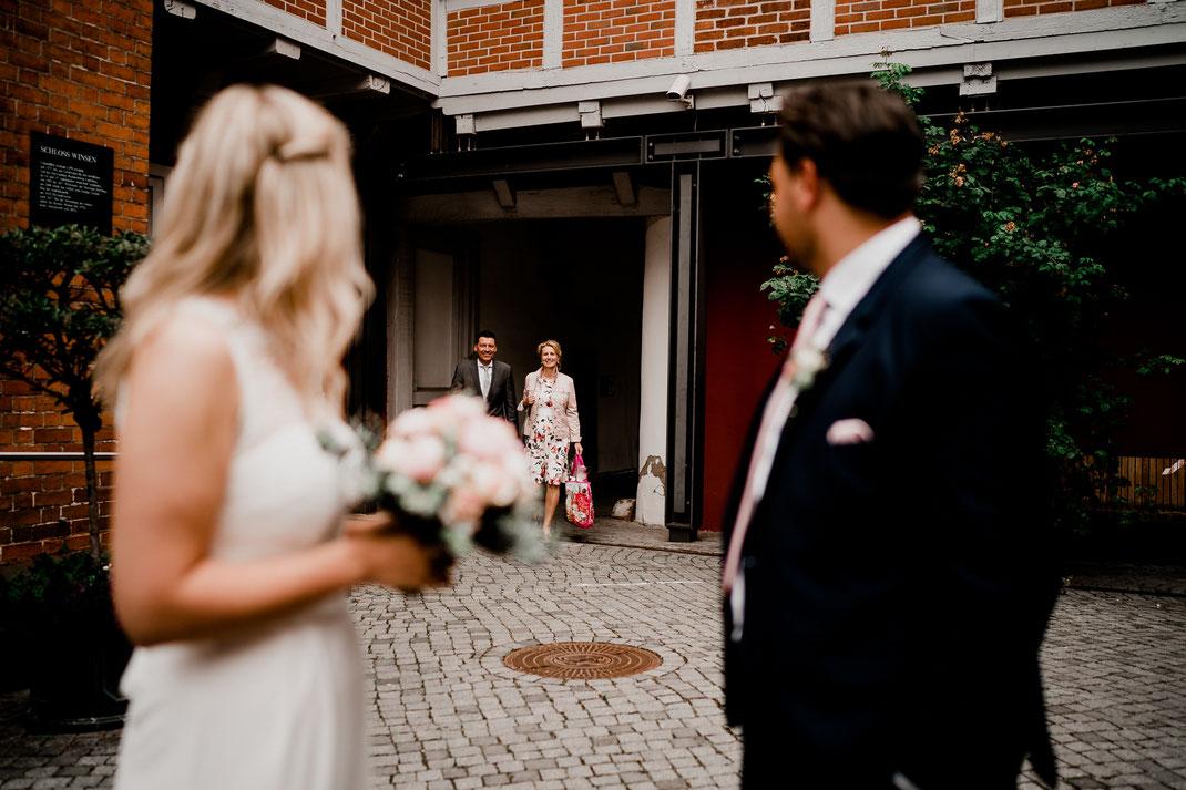 Hamburg, Winsen, Luhe, Schloss, Standesamt, Trauung, Hochzeit, Corona, Standesamtliche, Fotografin, Reportage, Real Wedding, realwedding, Brautpaar, Wasser, Schlosspark, corona, ankommen