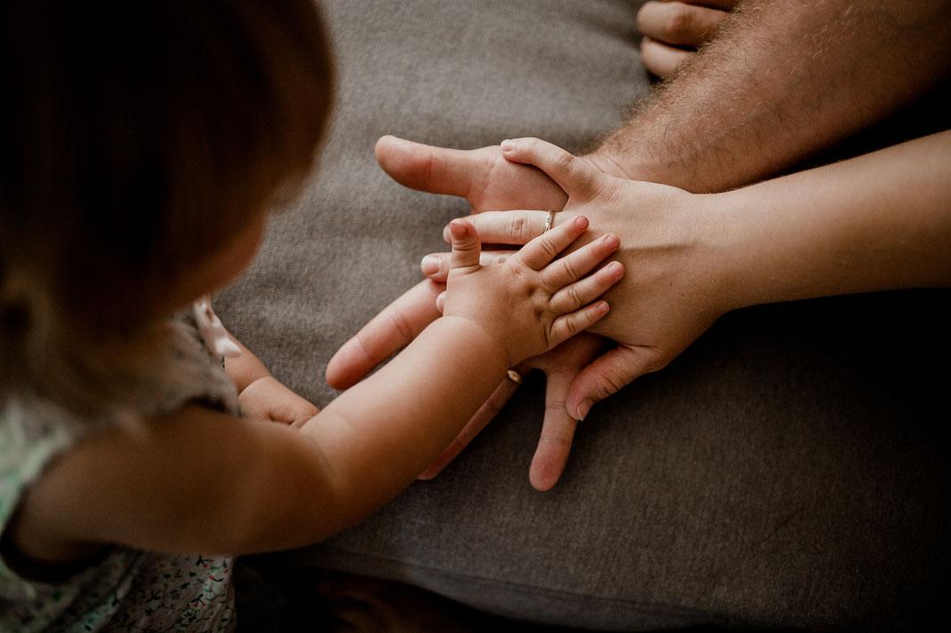 kleinkind, homestory, zuhause, mädchen, junge, geschwister, familie, mama, papa, bremen, hamburg, stade, buxtehude, harsefeld, zeven, sofa, wohnzimmer, couch, familienbild, hände, hand, finger