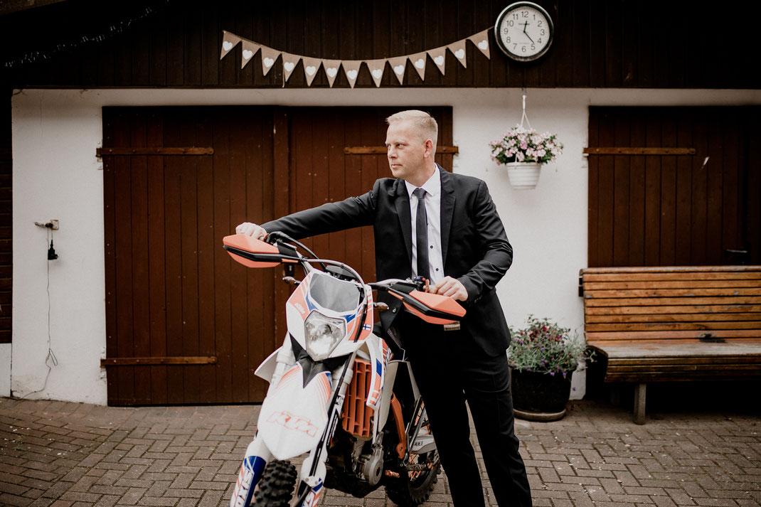 getting ready, garten, outdoor, anzug, bräutigam, groom, anziehen, fertig machen, ankleiden, trauzeuge, motocross, portrait, portät
