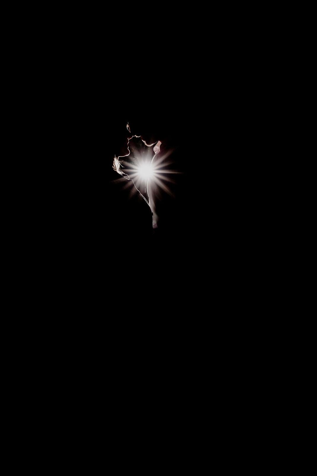 hochzeitsfotografin aus harsefeld für hamburg zeven bremen niedersachsen .. geblitzt schwarz weiß black and white mit gegenlicht stars star schatten und spaß beim shooting in kuhmühlen bei der klostermühle
