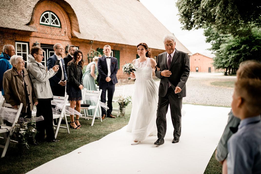 Kiel, Standesamtliche Trauung, draußen im Garten, wedding, realwedding, stade, bremen, hamburg, jork, zeven, große Diele Rade, einzug der Braut, weißer Teppich, lachen, papa