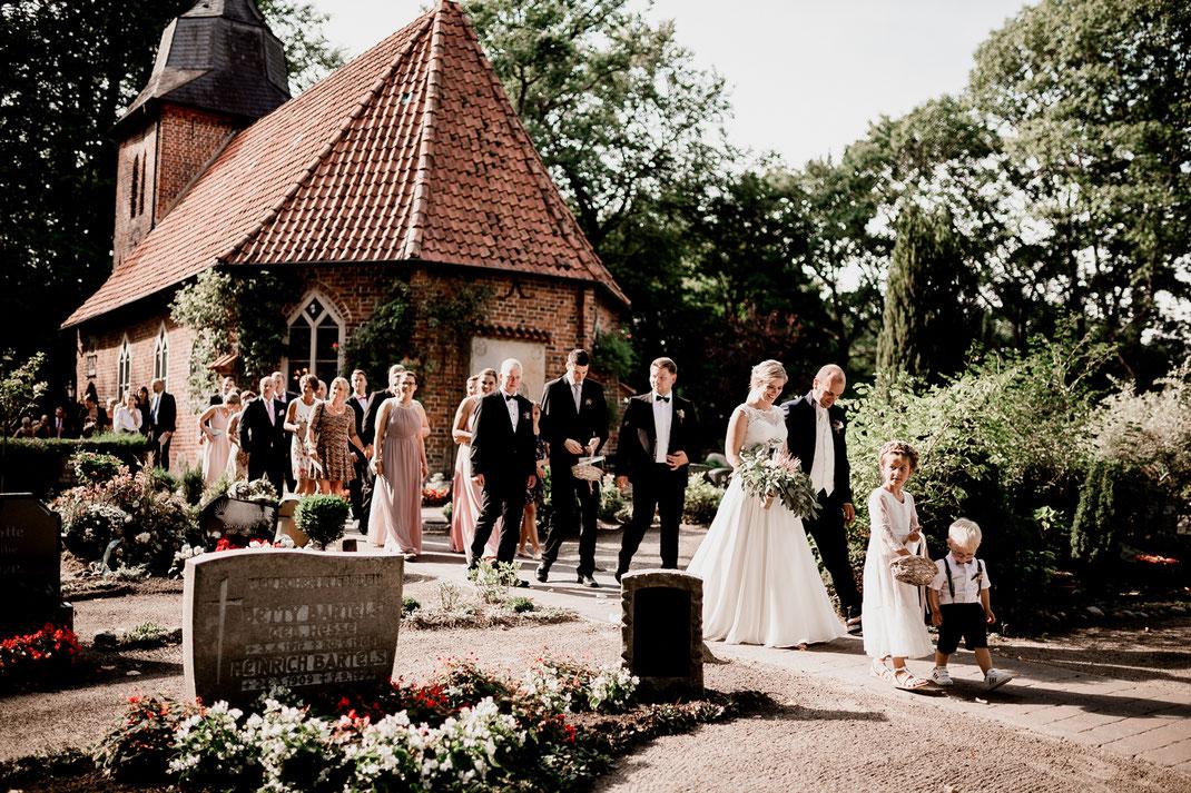 Kirchliche Trauung in Oese bei Bremervörde, Weddinginspo, Sommerhochzeit im Vintage Styl mit Brautjungfern und mans, fotografin aus Hamburg, stade, buxtehude, zeven, lana berendt, polike