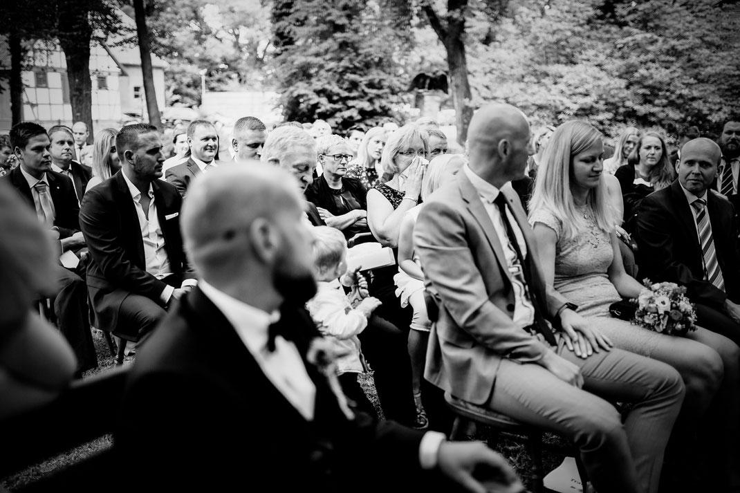 Freie Trauung in Tiste beim Klostergut Burg Sittensen mit fotografin Vanessa Teichmann Samuelsen und der rednerin Jasmin Rathke von Trauzucker aus Hamburg. Sommer 2018 Hochzeit Vintage Wedding auf dem Land Trauzeugen und deko mama weint